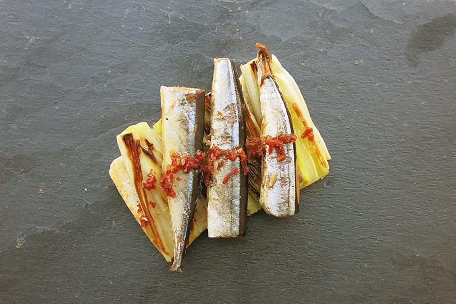 Receta Tosta de aguja con puerro y polvo de cecina